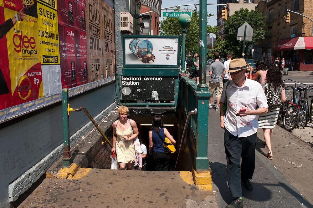 Yvonne Adamek mit Yoga Matte in der Bedford Avenue Ubahn Station in Williamsburg, Brooklyn...Yoga in New York..Foto: Stefan Falke