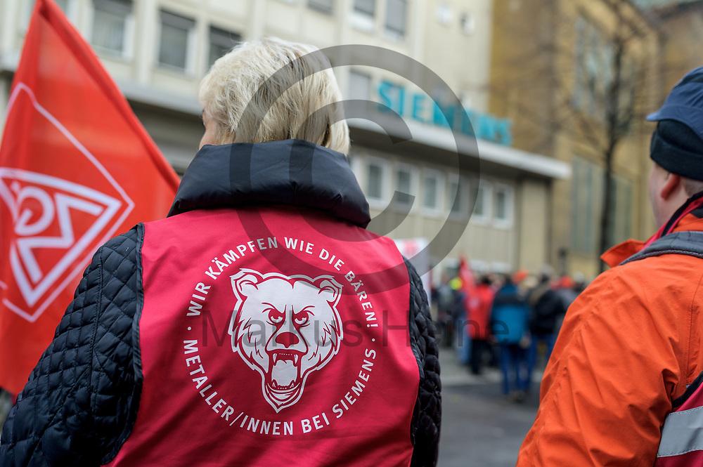 Deutschland, Berlin - 20.11.2017<br /> <br /> Teilnehmer der Kundgebung stehen vor dem Werkseingang. Mitarbeiter des Siemens-Gasturbinenwerkes umarmen symbolisch, w&auml;hrend einer Kundgebung ihr Werk. In dem Gasturbinenwerk will Siemens 300 Arbeitspl&auml;tze abbauen.<br /> <br /> Germany, Berlin - 20.11.2017<br /> <br /> Participants of the rally stand in front of the factory entrance. Employees of the Siemens gas turbine factory symbolically embrace their factory during a rally. Siemens wants to reduce 300 jobs in the gas turbine plant.<br /> <br />  Foto: Markus Heine<br /> <br /> ------------------------------<br /> <br /> Ver&ouml;ffentlichung nur mit Fotografennennung, sowie gegen Honorar und Belegexemplar.<br /> <br /> Bankverbindung:<br /> IBAN: DE65660908000004437497<br /> BIC CODE: GENODE61BBB<br /> Badische Beamten Bank Karlsruhe<br /> <br /> USt-IdNr: DE291853306<br /> <br /> Please note:<br /> All rights reserved! Don't publish without copyright!<br /> <br /> Stand: 11.2017<br /> <br /> ------------------------------