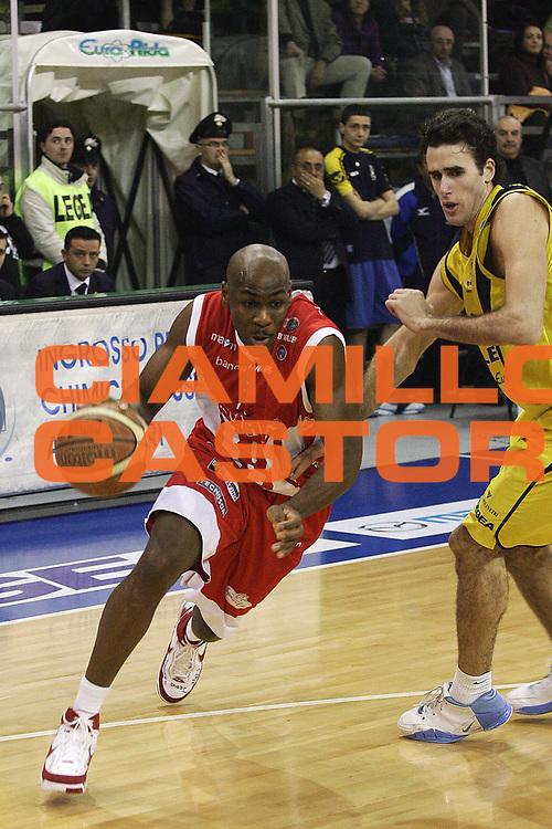 DESCRIZIONE : Scafati Lega A1 2007-08 Legea Scafati Siviglia Wear Teramo<br /> GIOCATORE : Roger Powell<br /> SQUADRA : Siviglia Wear Teramo<br /> EVENTO : Campionato Lega A1 2007-2008 <br /> GARA : Legea Scafati Siviglia Wear Teramo<br /> DATA : 02/03/2008<br /> CATEGORIA : Palleggio<br /> SPORT : Pallacanestro <br /> AUTORE : Agenzia Ciamillo-Castoria/A.De Lise