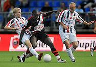 23-08-2008 VOETBAL:WILLEM II:RAYO VALLECANO:TILBURG<br /> Michael de Leeuw verdedigt Diame met Steef Nieuwendaal in de buurt<br /> Foto: Geert van Erven