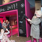 NLD/Utrecht/20171101 - Presentatie Boek van Bobbi Eden - Iedereen kan Haken, Bobbi Eden opent de Creadoe Beurs in de Jaarbeurs