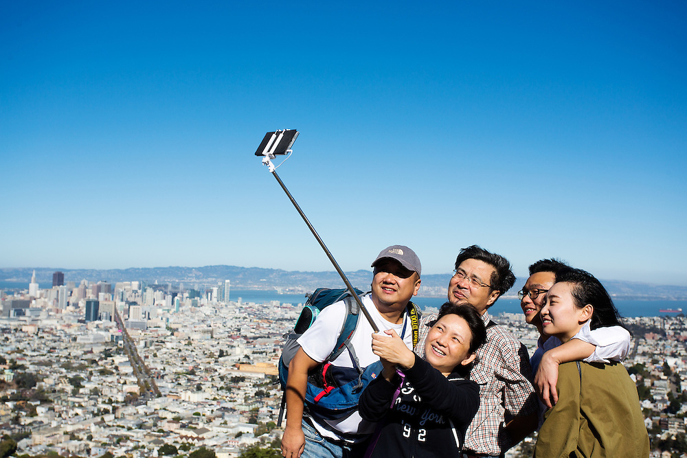 Toeristen maken foto's van San Francisco vanaf Twin Peaks. De Amerikaanse stad San Francisco aan de westkust is een van de grootste steden in Amerika en kenmerkt zich door de steile heuvels in de stad.<br /> <br /> Tourists make photos of San Francisco at Twin Peaks. The US city of San Francisco on the west coast is one of the largest cities in America and is characterized by the steep hills in the city.