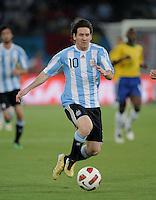 FUSSBALL   INTERNATIONAL   Testspiel  in  Doha  17.11.2010 Argentinien - Brasilien Lionel MESSI (Argentinien) am Ball