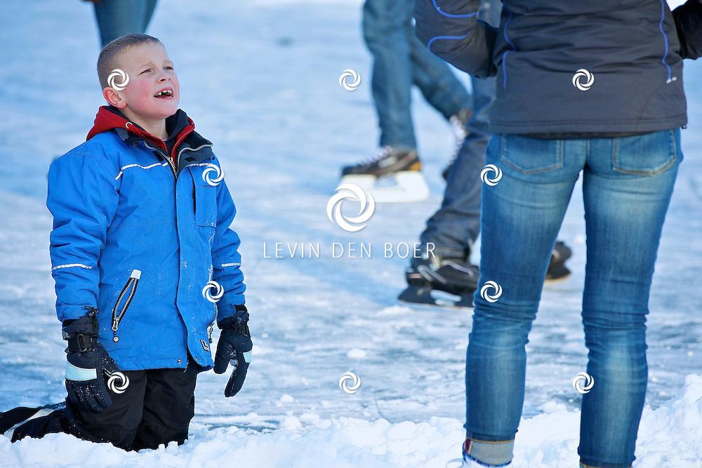 ZALTBOMMEL - Op de gracht in Zaltbommel is het een gezellige boel met de koek en sopie en iedereen op het ijs. FOTO LEVIN DEN BOER - PERSFOTO.NU