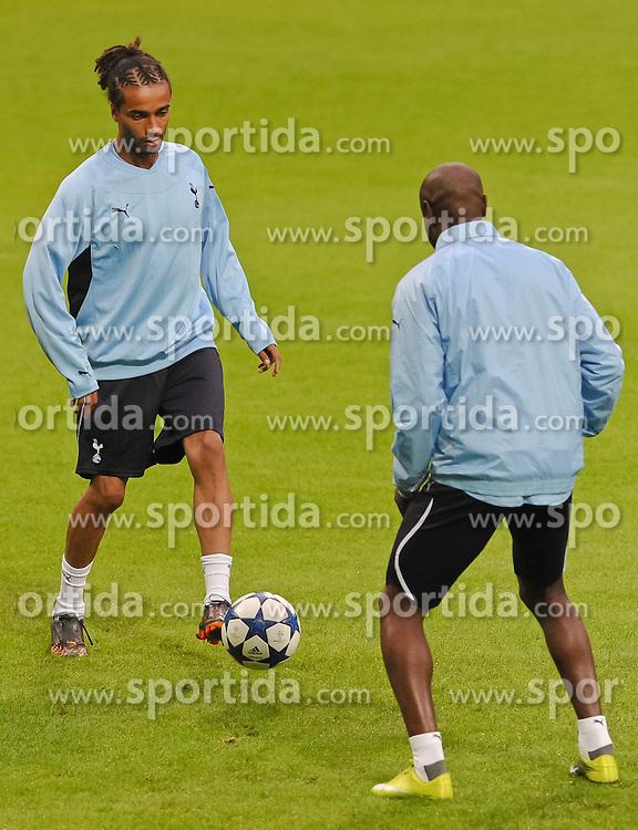 13.09.2010, Weserstadion, Bremen, GER, UEFA CL, Training Tottenham Hotspur, im Bild Benoit Assou-Ekotto (Tottenham #32, links)  EXPA Pictures © 2010, PhotoCredit: EXPA/ nph/  Frisch+++++ ATTENTION - OUT OF GER +++++ / SPORTIDA PHOTO AGENCY