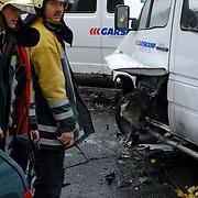 NLD/Huizen/20051122 - Busje ontploft van gehandicapten vervoer bij blindeninstituut Visio Huizen, bestuurder zwaargewond, bleek later een aanslag met een explosief te zijn, bom, bomaanslag,