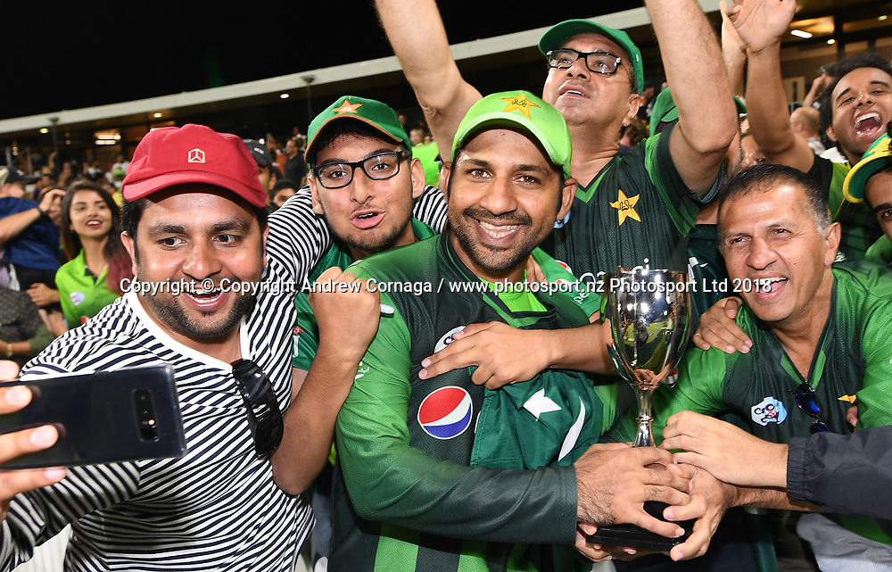 Pakistan captain Sarfraz Ahmed with fans.<br /> Pakistan tour of New Zealand. T20 Series. 3rd Twenty20 international cricket match, Bay Oval, Mt Maunganui, New Zealand. Sunday 28 January 2018. &copy; Copyright Photo: Andrew Cornaga / www.Photosport.nz