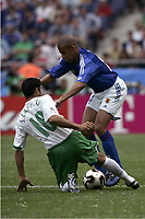 FOOTBALL - CONFEDERATIONS CUP 2005 - GROUP B - JAPAN v MEXICO - 16/06/2005 - ALESSANDRO SANTOS (JAP) / SALVADOR CARMONA (MEX)  - PHOTO GUY JEFFROY /DIGITALSPORT