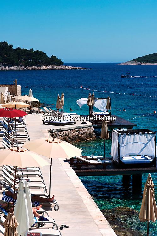 Avec ses terrasses en bois qui surplombent les eaux cristallines, Bonj 'Les Bains' fait face à l'archipel de Pakleni. Doté d'un spa Bonj 'Les Bains' est la plage branchée de Hvar?
