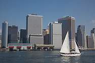 New York. boats in new york harbour in front of downtown manhattan skyline - new york / bateaux dans le port de new york devant le panorama du sud de Manhattan, new york