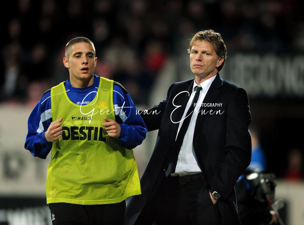 21-03-09 Voetbal:NEC Nijmegen:Willem II:Nijmegen<br /> Trainer Fons Groenendijk stuurt Jens Janse terug naar de bank<br /> Foto: Geert van Erven