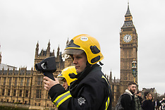 2017-03-29 Emergency services search for possible suicide jumper from Westminster Bridge, London