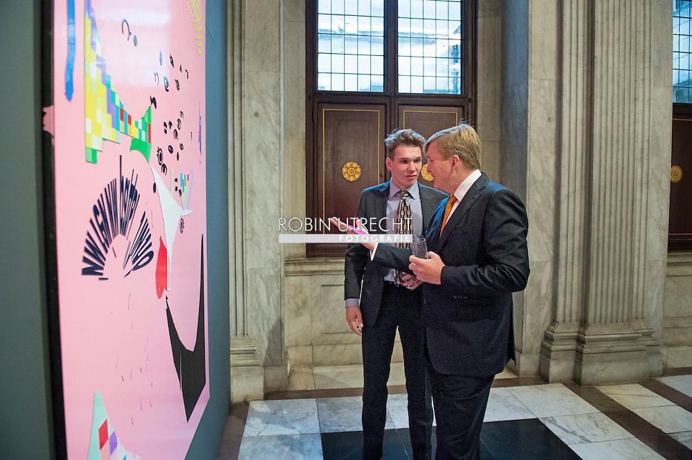 AMSTERDAM - Willem Alexander  samen met winnaar Bob Eikelboom , de Koning Willem Alexander  reikt vrijdagmiddag 10 oktober de Koninklijke Prijs voor Vrije Schilderkunst 2014 uit in het Koninklijk Paleis Amsterdam. Vier jonge kunstenaars ontvangen deze aanmoedigingsprijs, een bedrag van 6500 euro. Na de feestelijke uitreiking opent de Koning de tentoonstelling waar de winnende werken en een selectie uit de overige ingezonden schilderijen te zien zijn. COPYRIGHT ROBIN UTRECHT