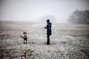 """English Setter """"Rudy"""" am 17.12. 2017 mit seiner besten Freundin im Feld von Lysa nad Labem, (Tschechische Republik) im Schnee.  Rudy wurde Anfang Januar 2017 geboren und ist vor einiger Zeit zu seiner neuen Familie umgezogen."""