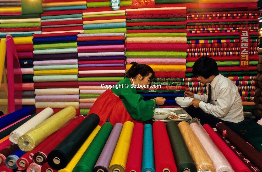 """East gate,  """"Tong dae Mun """"the silk goods market. ///Le marche des soieries a  la porte de l'est (Tong dae mun)      L2727  /  R00030  /  P0003334"""