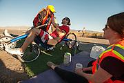 Todd Reichert verbetert zijn eigen wereldrecord dat hij de dag daarvoor heeft gereden. Hij haalt 136,2 km/h. In Battle Mountain (Nevada) wordt ieder jaar de World Human Powered Speed Challenge gehouden. Tijdens deze wedstrijd wordt geprobeerd zo hard mogelijk te fietsen op pure menskracht. Ze halen snelheden tot 133 km/h. De deelnemers bestaan zowel uit teams van universiteiten als uit hobbyisten. Met de gestroomlijnde fietsen willen ze laten zien wat mogelijk is met menskracht. De speciale ligfietsen kunnen gezien worden als de Formule 1 van het fietsen. De kennis die wordt opgedaan wordt ook gebruikt om duurzaam vervoer verder te ontwikkelen.<br /> <br /> Todd Reichert of Aerovelo improves his own record speed bikes he set the day before. With the Eta he reaches 86,5 mph. In Battle Mountain (Nevada) each year the World Human Powered Speed Challenge is held. During this race they try to ride on pure manpower as hard as possible. Speeds up to 133 km/h are reached. The participants consist of both teams from universities and from hobbyists. With the sleek bikes they want to show what is possible with human power. The special recumbent bicycles can be seen as the Formula 1 of the bicycle. The knowledge gained is also used to develop sustainable transport.