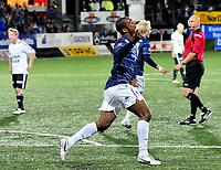 Fotball Herrer Tippeligaen 2010 <br /> Gamle gress  Marienlyst stadion 26.09.2010<br /> <br /> Strømsgodset vs Rosenborg<br /> <br /> Resultat 1 - 1<br /> <br /> Foto: Robert Christensen Digitalsport<br /> <br /> Strømsgodset Ola Kamara jubler etter utligning<br /> <br /> Rosenborg Fredrik Winsnes bak og dommer Tomm Henning Øvrebø dømte ikke denne for offside