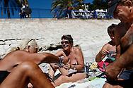Frankrig valg reportage, Nice Le Pen vælger soler sig på strand promenaden. Som pensionister nyder vi livet med solen og vandet.