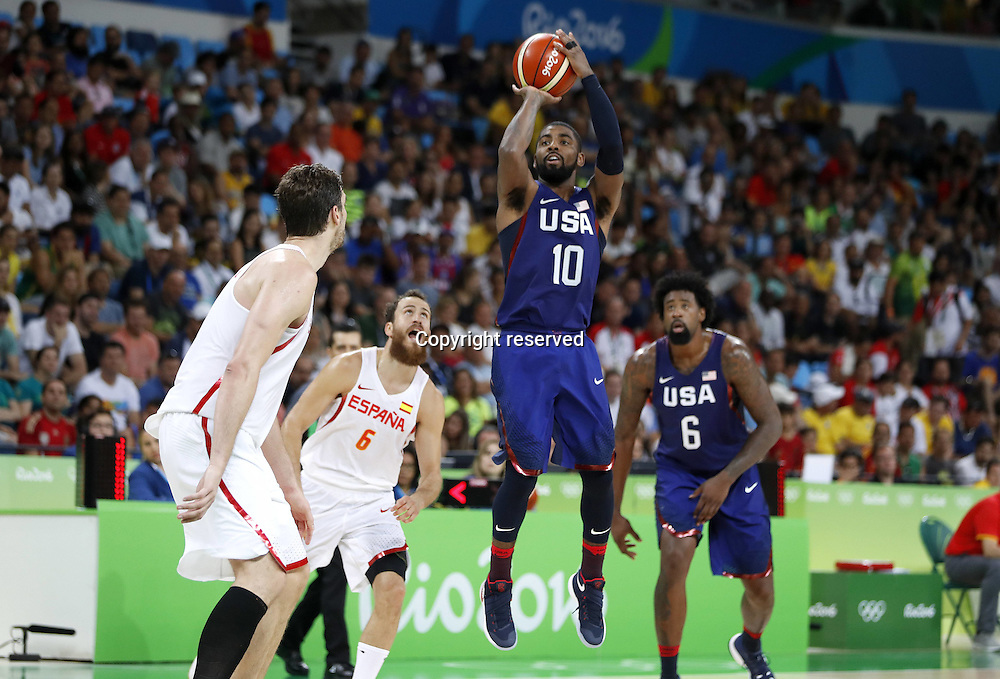 Rio 2016, Basketball Herren Halbfinale, USA - Spanien 19.08.2016. Rio de Janeiro, Brazil. Mens Basketball semi-final at the 2016 Rio Olympic Games. USA versus Spain.  Kyrie Irving (USA) with a jump shot . The USA won the game by a score of 82-76 to make the final.