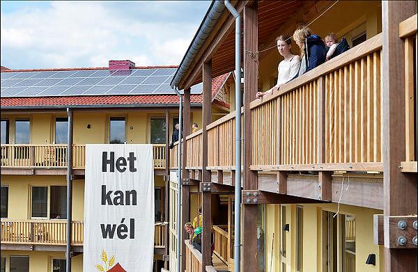 In Nijmegen is een duurzaam gebouwd wooncomplex officieel opgeleverd en in gebruik genomen. Het is een hoofdgebouw opgetrokken uit hout en strobalen, en afgewerkt met een stuclaag van leem. Er zitten 24 appartementen, wooneenheden in waaronder een studentengan met studentenkamers. Woningcorporatie Talis is de eigenaar.FOTO: FLIP FRANSSEN/ HOLLANDSE HOOGTE