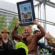 NLD/Almere/20120531 - Concert Racoon in the Sky, Burgemeester Annemarie Jorritsma reikt de heren van Racoon de platina plaat uit