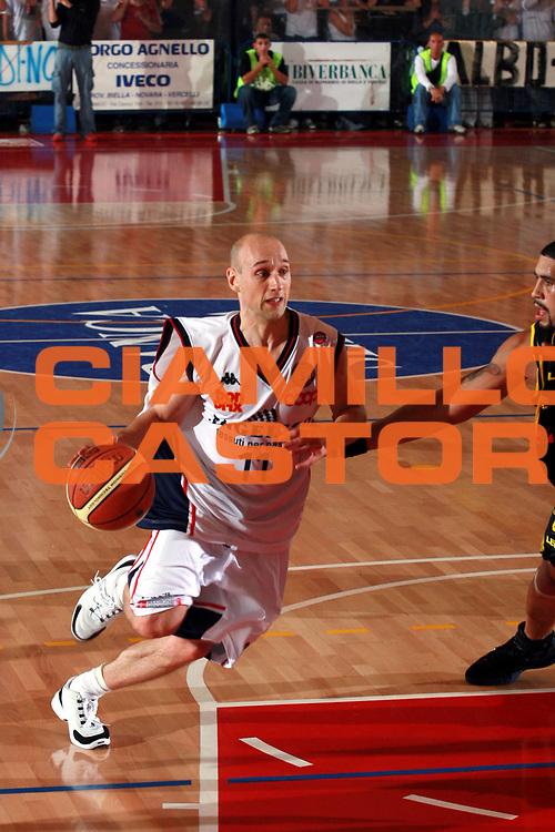 DESCRIZIONE : Biella Lega A1 2006-07 Angelico Biella Legea Scafati <br />GIOCATORE : Roller<br />SQUADRA : Angelico Biella<br />EVENTO : Campionato Lega A1 2006-2007 <br />GARA : Angelico Biella Legea Scafati <br />DATA : 08/10/2006 <br />CATEGORIA :  Palleggio<br />SPORT : Pallacanestro <br />AUTORE : Agenzia Ciamillo-Castoria/S.Ceretti<br />Galleria : Lega Basket A1 2006-2007 <br />Fotonotizia : Biella Campionato Italiano Lega A1 2006-2007 Angelico Biella Legea Scafati <br />Predefinita :