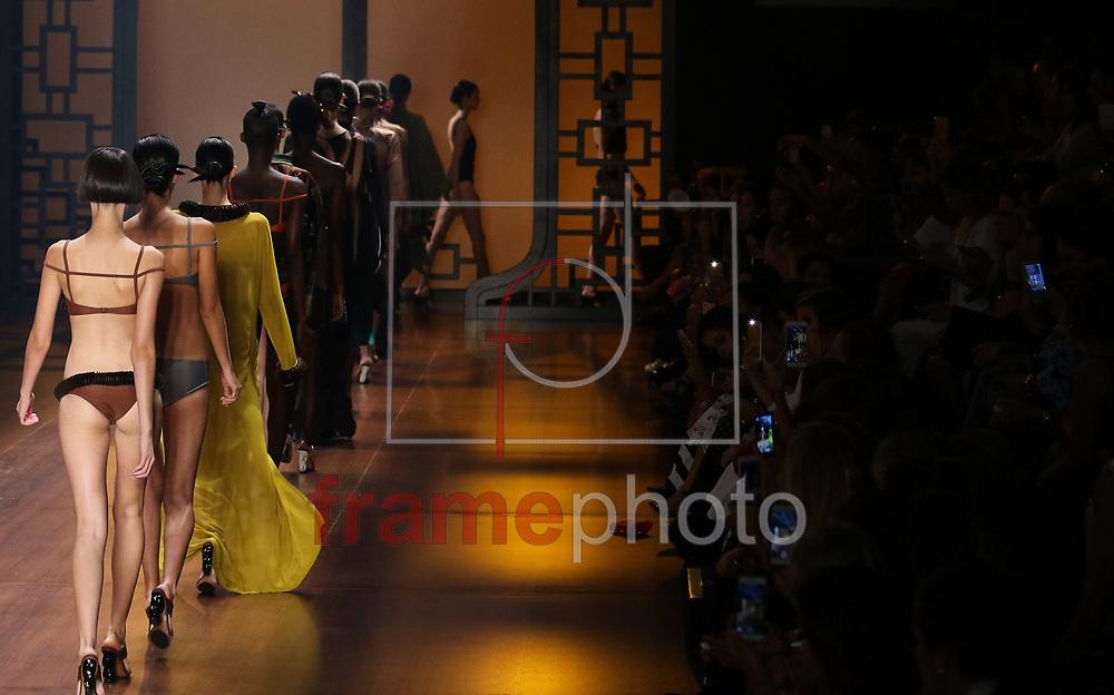 Segundo dia da 41 edição da São Paulo Fashion Week no Parque do Ibirapuera, Pavilhão da Fundação Bienal, em São Paulo, nesta terça feira (26/04). Foto: Marcello Fim / FrampePhoto