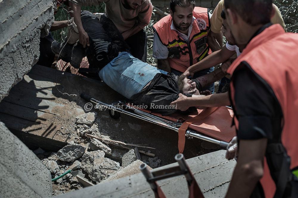 Gaza Strip, Gaza City: Medics extract a body from rubble Gaza's eastern Shejaiya district. Shejaya has been under heavy shelling by Israeli Army from the last 24 hours. ALESSIO ROMENZI