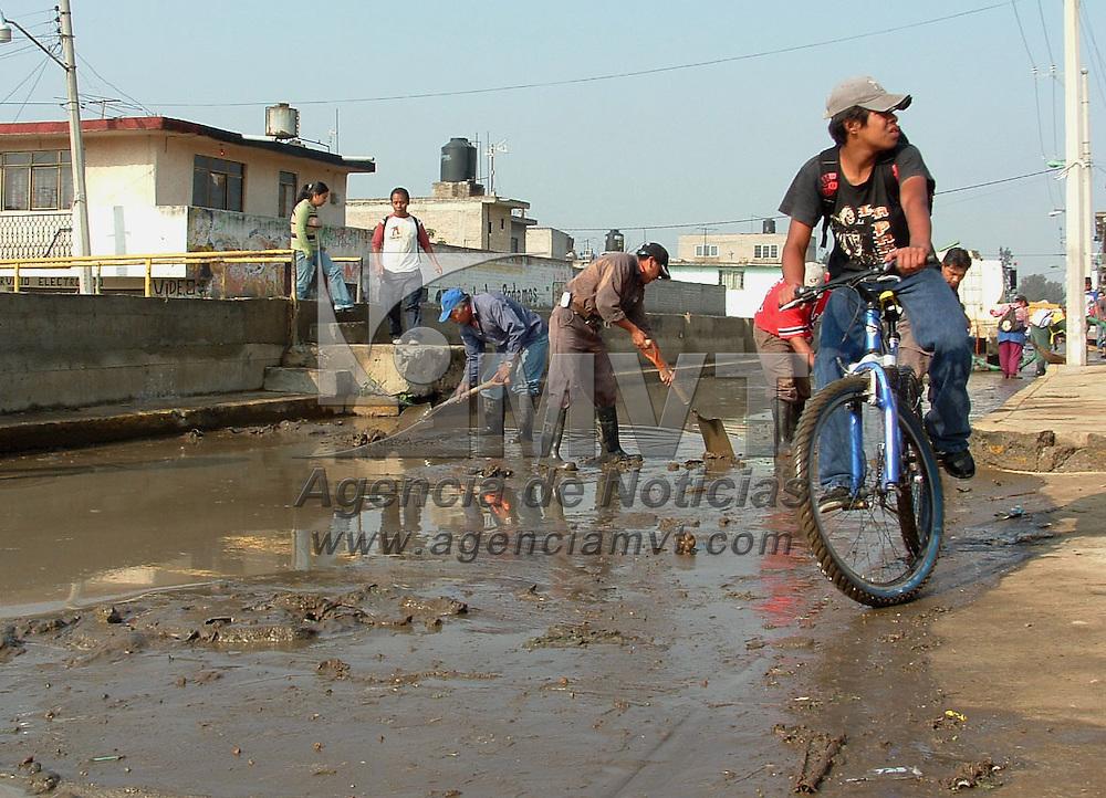 Ixtapaluca, Mex.- A consecuencia del desbordamiento del canal Guadalupe Victoria vecinos de la colonia Emiliano Zatapa sufrieron da&ntilde;os al entrar las aguas negras a sus domicilios, perdiendo muebles y aparatos electrodom&eacute;sticos. Policias estatales apotan en las labores de limpieza. Agencia MVT / Jose Israel Nu&ntilde;ez. (DIGITAL)<br /> <br /> <br /> <br /> <br /> <br /> <br /> <br /> NO ARCHIVAR - NO ARCHIVE