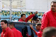 El presidente venezolano, Hugo Chávez saluda a sus simpatizantes luego de votar en el referendo para la reforma hoy, domingo 2 de diciembre, en Caracas (Venezuela). (ivan gonzalez)