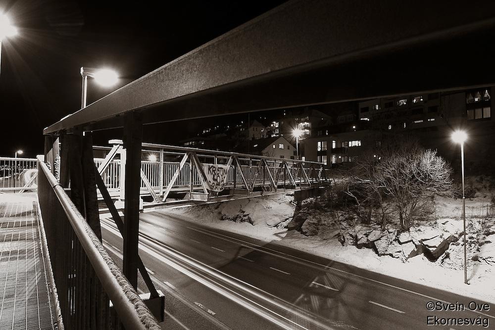 Ålesund 12012011.<br /> Gangbroen over innfartsveien i Ålesund ved Sunnmørshallen og Color Line stadion.<br /> <br /> The footbridge over the main road to the city of Aalesund. <br /> Foto: Svein Ove Ekornesvåg
