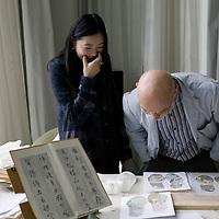 BEIJING, OCT. 23 :  die Kuenstlerin Peng Wei in ihrem Atelier mit Uli Sigg.