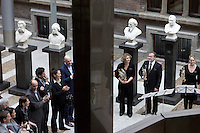 Nederland. Den Haag, 26 oktober 2010.<br /> De Tweede Kamer debatteert over de regeringsverklaring van het kabinet Rutte.<br /> De kunstensector overhandigt een petitie in de Statenhal, protest tegen bezuinigingen kunst en cultuur, orkest, <br /> tweede kamer; politiek; democratie, parlement<br /> Foto Martijn Beekman