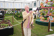 SIR DEREK JACOBI, Press view of the 2010 Chelsea Flower Show. Royal Hospital Rd. London. 24 May 2010. -DO NOT ARCHIVE-© Copyright Photograph by Dafydd Jones. 248 Clapham Rd. London SW9 0PZ. Tel 0207 820 0771. www.dafjones.com.