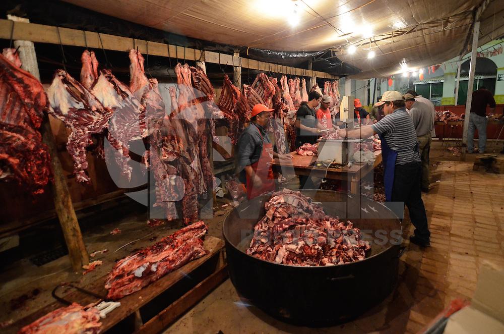 """SÃO LUIZ DO PARAITINGA, SP, 17 DE MAIO DE 2013 - FESTA DO DIVINO 2013 - Corte de carne bovina para preparação do """"Afogado"""", prato típico da festa que é distribuído gratuitamente à população no Mercado Municipal, durante Festa do Divino de São Luiz do Paraitinga, realizada entre os dias 10 e 19 de maio de 2013. FOTO: LEVI BIANCO - BRAZIL PHOTO PRESS"""