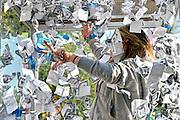 Nederland, Nijmegen, 27-8-2014 Eerstejaars studenten aan de hogeschool Arnhem Nijmegen, HAN, hebben een introductieweek. Onderdeel hiervan is de introductiemarkt. Hier staan o.a. studentenverenigingen, uitzendbureaus, politieke partijen en banken. Veel scholieren kiezen voor een voortgezette studie aan universiteit of hogeschool vanwege de onzekere arbeidsmarkt. Bij Randstad uitzendbureau konden de studenten in een glazen hok een boodschappenbon verdienen van E 100,- door uit een zwerm namaak bankbiljetten en blauwe papiertjes zoveel mogelijk blauwe papiertjes te vangen.Foto: Flip Franssen/Hollandse Hoogte