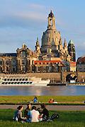 Blick über die Elbe auf barocke Altstadt, Kunstakademie und Frauenkirche, Dresden, Sachsen, Deutschland.|.Dresden, Germany, View on river Elbe and historic city of Dresden and Church of Our Lady