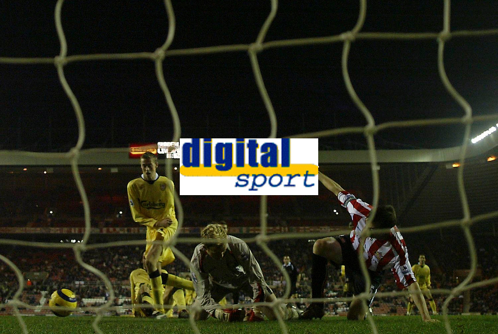 Photo: Andrew Unwin.<br /> Sunderland v Liverpool. The Barclays Premiership.<br /> 30/11/2005.<br /> Sunderland's goalkeeper, Ben Alnwick (C), and Gary Breen (R) combine to deny Liverpool's Peter Crouch (L) his first goal.