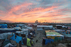 October 27, 2016 - Calais, France - view of the dismantled jungle with the sunset. calais 27/10/2016  (Credit Image: © Guillaume Pinon/NurPhoto via ZUMA Press)