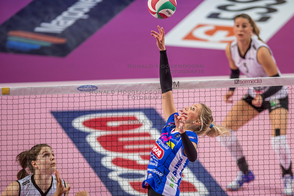 27-11-2016 ITA: Gorgonzola Igor Volley Novara - Nordmeccanica Modena, Novara<br /> Nova wint in drie sets van Modena / Laura Dijkema #14, Yvon Belien #3