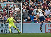 Football - 2017 / 2018 Premier League - West Ham United vs Tottenham Hotspur<br /> <br /> Harry Kane (Tottenham FC)  glances home his header to give his side the lead at the London Stadium<br /> <br /> COLORSPORT/DANIEL BEARHAM
