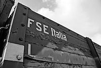 particolare di iscrizione posta sullato destro di un vagone adibito al trasporto merci indicante l'ente F S E. Reportage che racconta le situazioni che si incontrano durante un viaggio lungo le linee ferroviarie SUD EST nel salento.