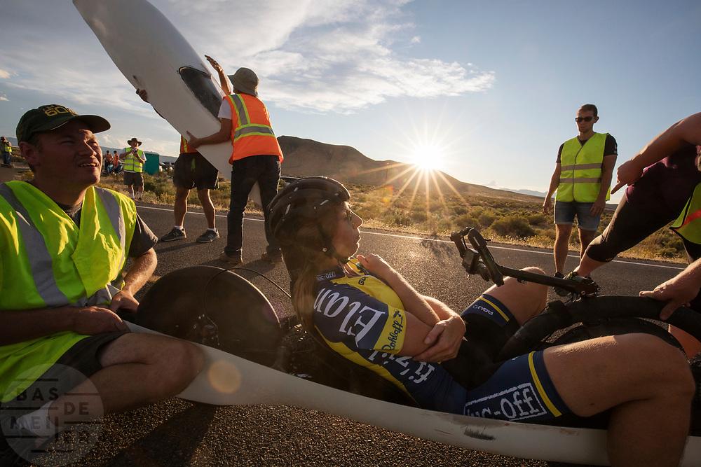 Ellen van Vugt tijdens de derde racedag. In Battle Mountain (Nevada) wordt ieder jaar de World Human Powered Speed Challenge gehouden. Tijdens deze wedstrijd wordt geprobeerd zo hard mogelijk te fietsen op pure menskracht. De deelnemers bestaan zowel uit teams van universiteiten als uit hobbyisten. Met de gestroomlijnde fietsen willen ze laten zien wat mogelijk is met menskracht.<br /> <br /> In Battle Mountain (Nevada) each year the World Human Powered Speed Challenge is held. During this race they try to ride on pure manpower as hard as possible.The participants consist of both teams from universities and from hobbyists. With the sleek bikes they want to show what is possible with human power.
