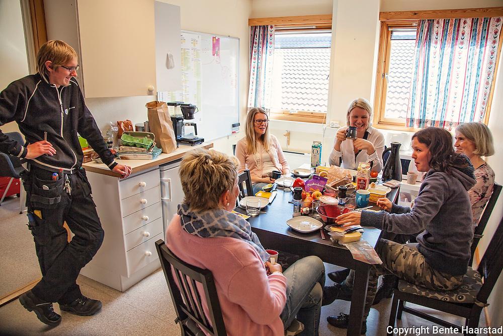 Ungdomskontoret i Sund er ganske uformelt. Det går an å stikke innom, som Andreas Vorland har gjort her, i lunsjtiden til de ansatte. Her smmen med tre fra kultursektoren.