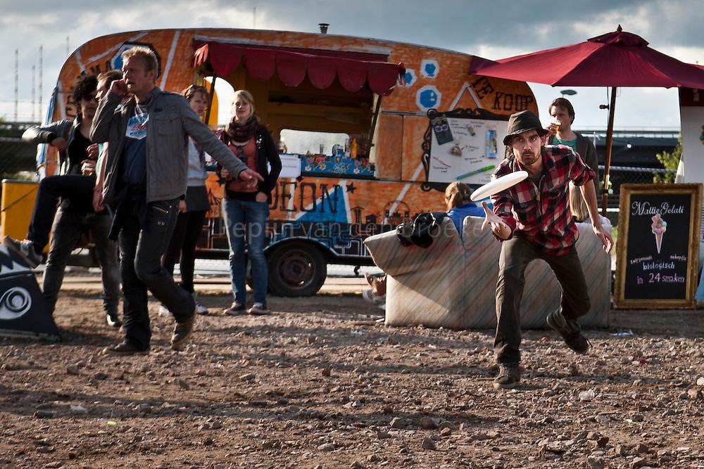 Groningen 20110611. Gideon festival 2011. Festival ganger met een frisbee. foto: Pepijn van den Broeke