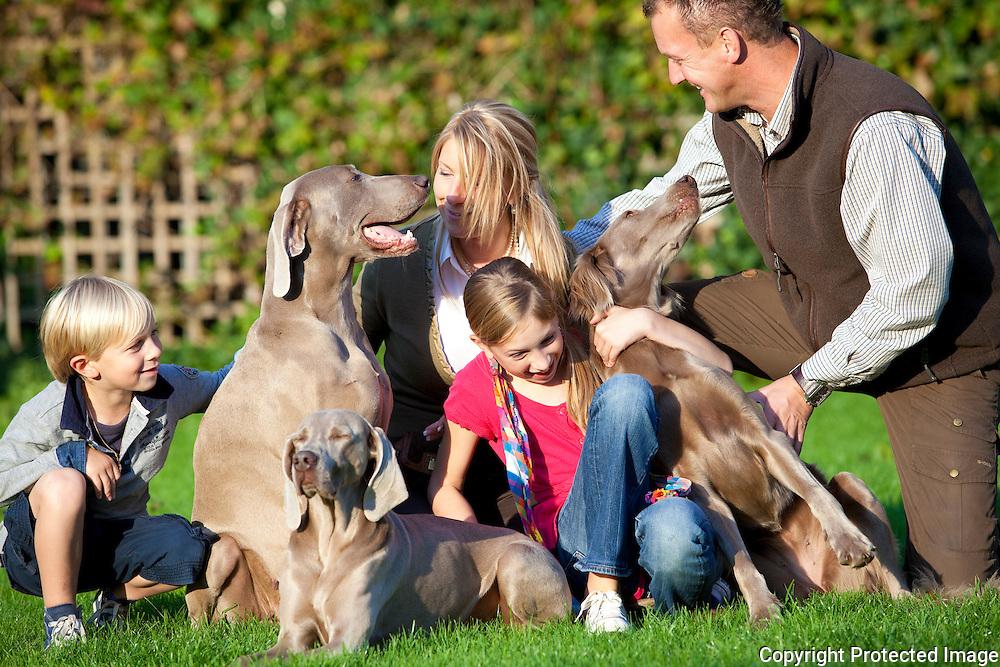 364475-familie Mangelschots- Van Leuffelen met hun drie jachthonden-Pascal Mangelschots, Anik Van Leuffelen, kinderen, Elien Loockx en Alexander Loockx