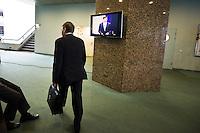 Nederland. Den Haag, 25 maart 2009.<br /> Balkenende in  de Tweede Kamer waar een verklaring werd afgelegd over de crisismaatregelen. Donner loopt weg. Bij de aanpak van de financiele crisis is een bijdrage van iedereen noodzakelijk. Dat stelde premier Jan Peter Balkenende woensdag in de Tweede Kamer. <br /> Mariette Hamer verlaat de vergaderzaal, op weg naar haar werkkamer. . De top van het kabinet en de sociale partners hebben gisteravond laat een principe-akkoord gesloten.<br /> Foto Martijn Beekman<br /> NIET VOOR PUBLIKATIE IN LANDELIJKE DAGBLADEN.