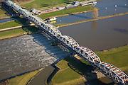 Nederland, Noord-Brabant, Grave, 11-02-2008; stuw in de rivier de Maas, dient om de waterloop te reguleren, het water rechts (Zuidoostelijk) is hoger; boven in beeld de schutsluis voor binnnenvaartschepen; de vakwerkbrug is voor de lokale weg over de rivier..luchtfoto (toeslag); aerial photo (additional fee required); .foto Siebe Swart / photo Siebe Swart