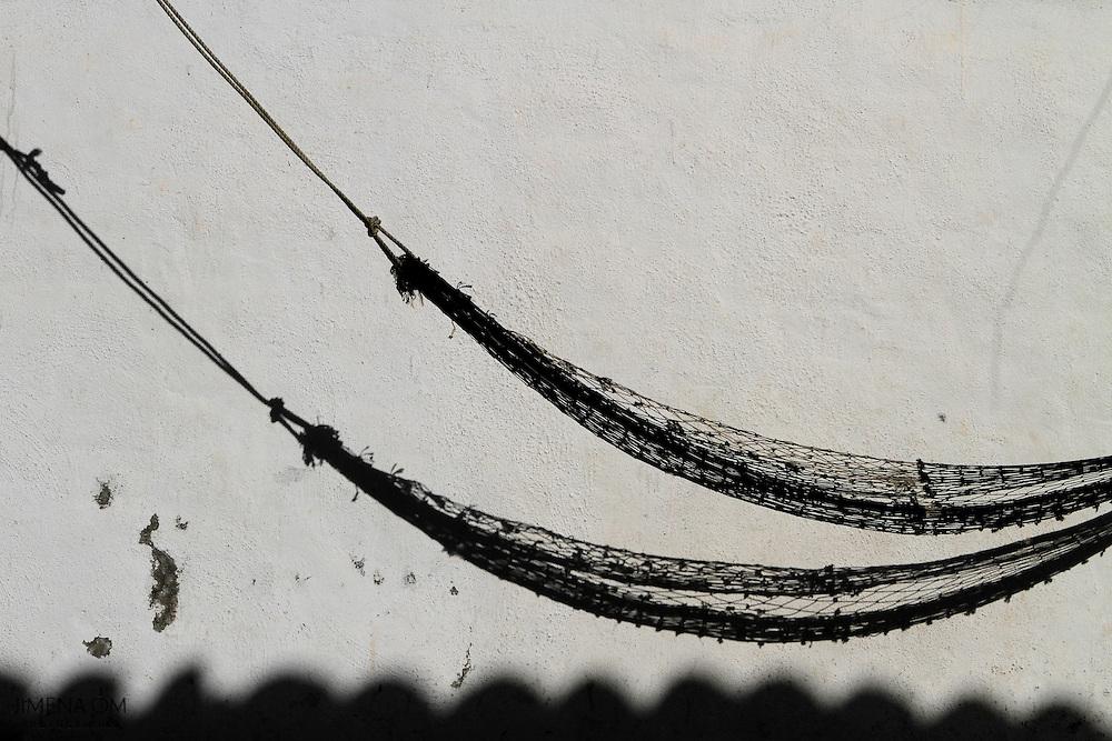 Hamaca colgada en la terraza de la Cooperativa de Pescadores Rosita, en Puerto Vallarta, Jalisco.