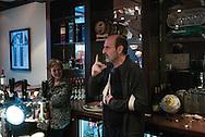 nederland, Almelo 26feb2015 Han Pape Hoofdredacteur van het Twentse weekblad 'de Roskam' spreekt, na zijn afwezigheid  van enkele maanden wegens ziekte, de redactiemedewerkers toe.